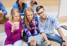 Grupo de estudantes com PC da tabuleta e copo de café Imagem de Stock
