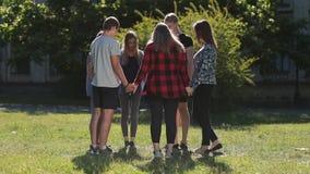 Grupo de estudantes cristãos que mostram a unidade video estoque