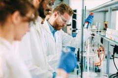 Grupo de estudantes da química que trabalham no laboratório imagem de stock royalty free