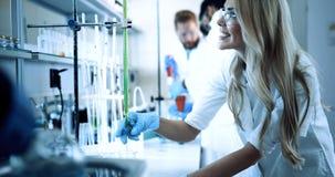 Grupo de estudantes da química que trabalham no laboratório imagens de stock royalty free