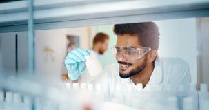 Grupo de estudantes da química que trabalham no laboratório imagens de stock