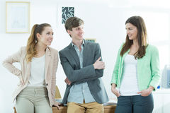 Grupo de estudantes de fala de sorriso Imagens de Stock Royalty Free