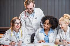 Grupo de estudantes de Medicina na sala de aula Fotos de Stock Royalty Free