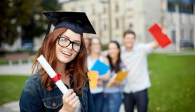 Grupo de estudantes de sorriso com diploma e dobradores imagens de stock