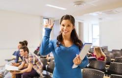 Grupo de estudantes de sorriso no salão de leitura Imagens de Stock Royalty Free