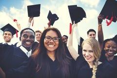 Grupo de estudantes diversos que comemoram o conceito da graduação fotografia de stock royalty free