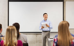 Grupo de estudantes e de professor com bloco de notas Imagem de Stock