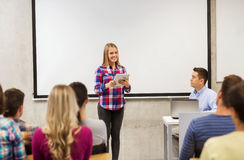 Grupo de estudantes e de professor de sorriso na sala de aula foto de stock royalty free