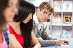 Grupo de estudantes em uma sala de aula Imagem de Stock Royalty Free