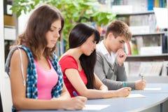 Grupo de estudantes em uma sala de aula Imagens de Stock