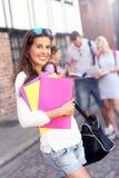 Grupo de estudantes felizes que estudam fora imagens de stock