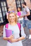 Grupo de estudantes felizes que estudam fora fotografia de stock