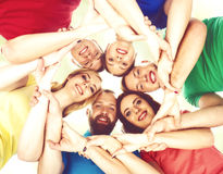 Grupo de estudantes felizes que ficam junto Educação, universidade: Fotos de Stock Royalty Free