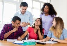 Grupo de estudantes internacionais com o professor que prepara-se para o exame foto de stock