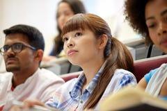 Grupo de estudantes internacionais na leitura fotografia de stock royalty free
