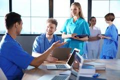 Grupo de estudantes de Medicina espertas com dispositivos fotografia de stock royalty free