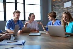 Grupo de estudantes de Medicina espertas com dispositivos foto de stock royalty free