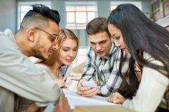 Grupo de estudantes modernos na faculdade foto de stock