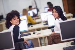 Grupo de estudantes na sala de aula do laboratório do computador Imagens de Stock