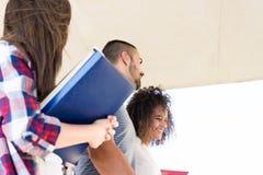 Grupo de estudantes no terreno Imagens de Stock
