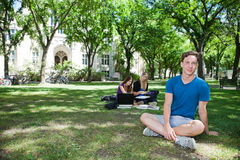 Grupo de estudantes no terreno da faculdade Fotografia de Stock