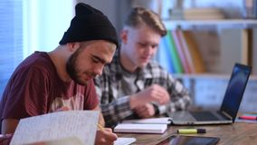 Grupo de estudantes novos que estudam junto em casa filme