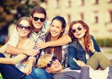 Grupo de estudantes ou de adolescentes que penduram para fora fotos de stock royalty free