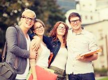 Grupo de estudantes ou de adolescentes que penduram para fora Imagem de Stock Royalty Free