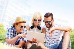 Grupo de estudantes que aprendem no parque Imagem de Stock Royalty Free