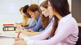 Grupo de estudantes que estudam na universidade video estoque