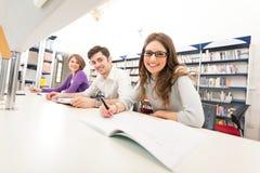 Grupo de estudantes em uma biblioteca Fotografia de Stock