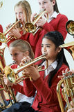 Grupo de estudantes que jogam na orquestra da escola junto fotografia de stock