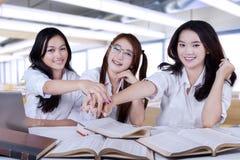 Grupo de estudantes que juntam-se às mãos Fotografia de Stock