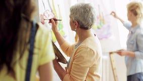 Grupo de estudantes que pintam no estúdio da escola de arte vídeos de arquivo