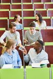 Grupo de estudantes unfocused na universidade Imagem de Stock Royalty Free