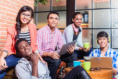 Grupo de estudantes universitário da diversidade que aprendem no terreno