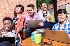 Grupo de estudantes universitário da diversidade que aprendem no terreno Fotos de Stock Royalty Free