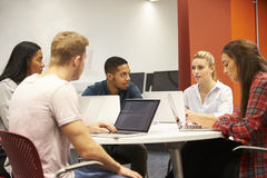 Grupo de estudantes universitário que colaboram no projeto foto de stock royalty free