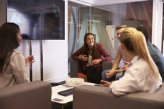 Grupo de estudantes universitário que discutem o projeto junto fotos de stock royalty free