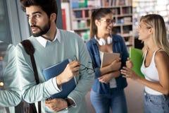 Grupo de estudantes universitário que estudam e que leem junto Conceitos da instru??o foto de stock