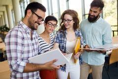 Grupo de estudantes universitário que trabalham junto na escola Imagens de Stock Royalty Free