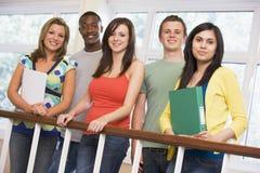 Grupo de estudantes universitários no terreno imagens de stock