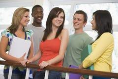 Grupo de estudantes universitários no terreno imagens de stock royalty free