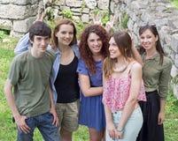 Grupo de estudantes universitário novas felizes que têm o divertimento Imagem de Stock