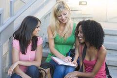 Grupo de estudantes universitários fêmeas em etapas Imagem de Stock Royalty Free