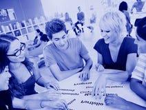 Grupo de estudiante en concepto del conocimiento de la universidad Foto de archivo