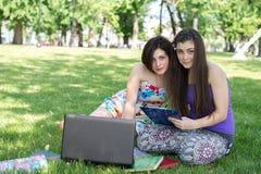 Grupo de estudiante joven que usa el ordenador portátil junto Imagenes de archivo