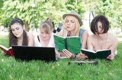 Grupo de estudiante joven que usa el ordenador portátil junto Foto de archivo libre de regalías