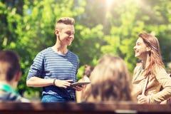 Grupo de estudiantes adolescentes con outoors de la PC de la tableta Fotografía de archivo