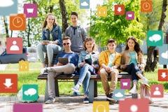 Grupo de estudiantes adolescentes con PC de la tableta al aire libre Fotos de archivo